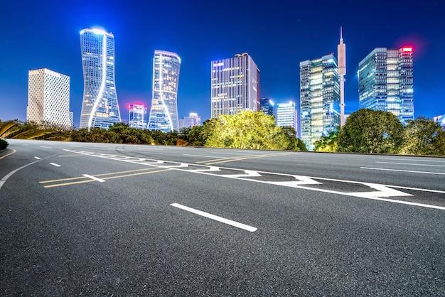 Горизонт тротуара скоростной и ночной пейзаж современного архитектурного ландшафта