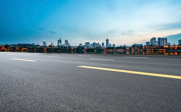高速道路舗装と南京建築のスカイライン