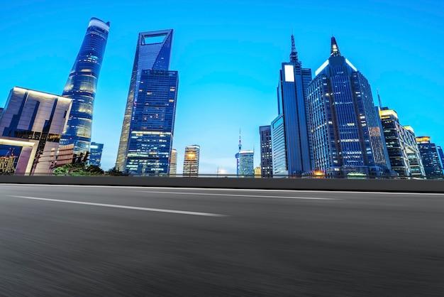 Горизонт дорожного покрытия и архитектурный пейзаж шанхая