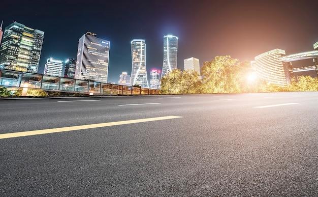 杭州の高速道路舗装と都市建築景観のスカイライン