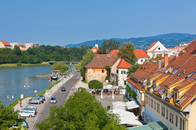 Горизонт города марибора в солнечный день, словения