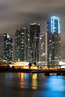 마이애미 비스케인 베이 반사의 스카이라인, 고해상도. 마이애미 도시의 밤.