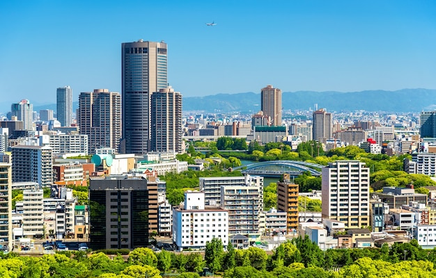 日本の大阪市のスカイライン、城からの眺め