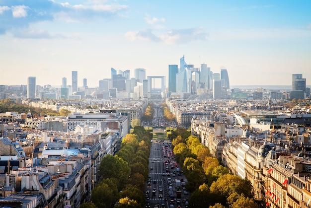 Горизонты города парижа в сторону района ла-дефанс, франция, в ретро тонах