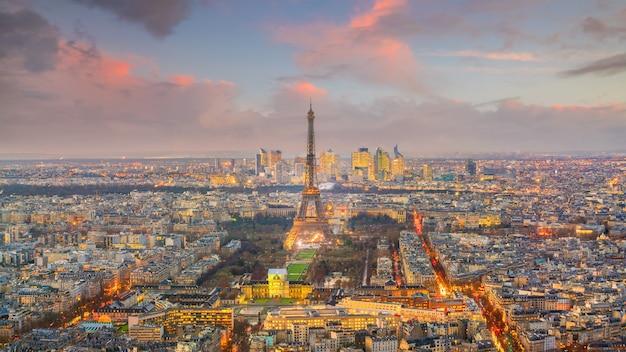上から見たフランスの日没時のエッフェル塔とパリのスカイライン