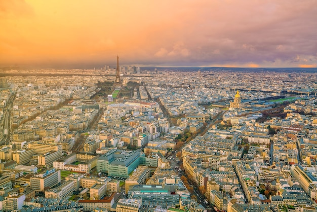 Горизонт парижа с эйфелевой башней на закате во франции с видом сверху