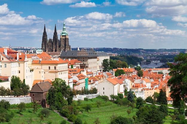Горизонт праги из района градчаны, чешская республика