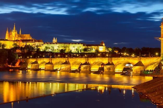 Горизонт праги с карловым мостом ночью, чешская республика