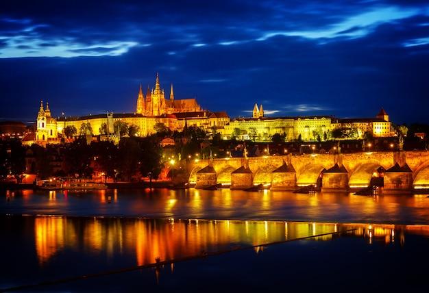 Горизонты праги с собором вита и карлов мост ночью, чешская республика, тонированные