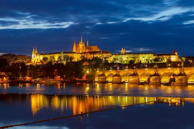 Горизонт праги с собором вита и карлов мост ночью, чешская республика
