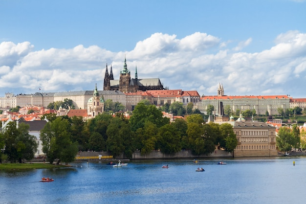 Горизонт праги с собором вита, чешская республика