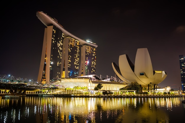 Skyline сингапура marina bay ночью с роскошным отелем marina bay sands