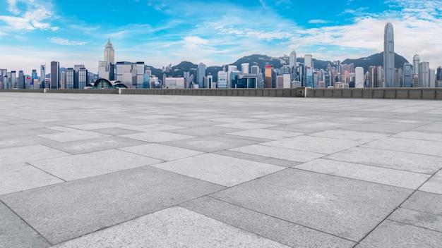 Панорамный skyline и plaza brick открытое здание