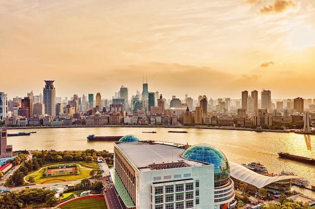 Вид на горизонт с набережной бунда в новом районе пудун - деловом квартале шанхая. район шанхая в самом динамичном городе китая.