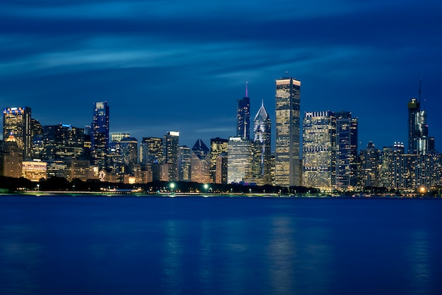 建物とシカゴの高層ビルのスカイライン