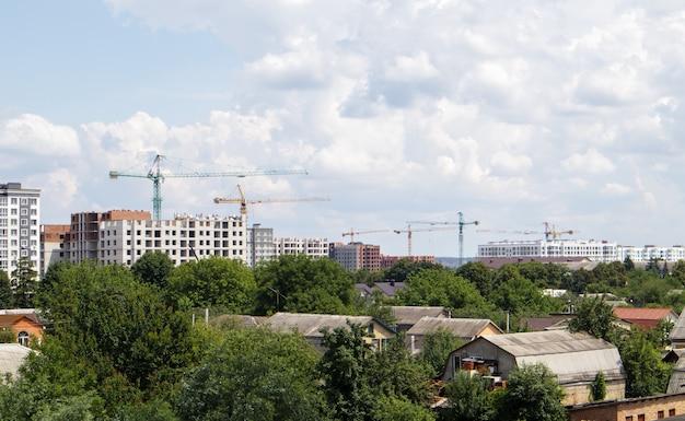Горизонт с новыми строящимися небоскребами. вид на городской пейзаж с многоэтажными жилыми домами, строящиеся дома.