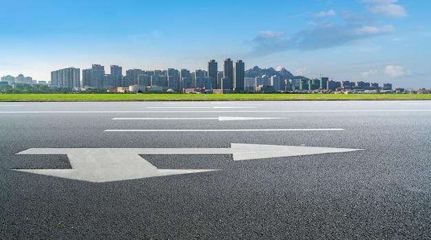 Дорожная площадка и городской современный архитектурный ландшафт skyline