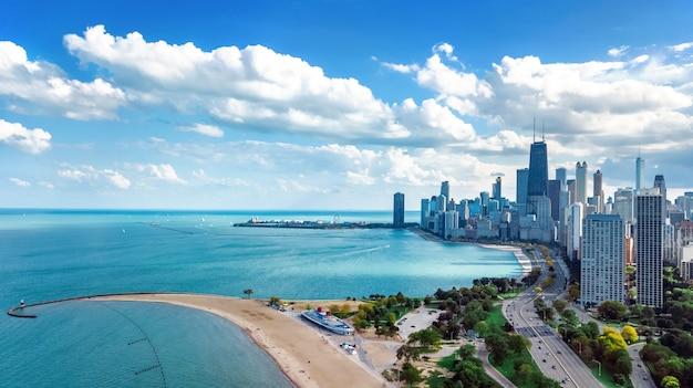 Чикаго skyline воздушные беспилотный вид сверху, город чикаго небоскребов города и озеро мичиган городской пейзаж, иллинойс, сша