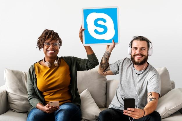 Skypeアイコンを表示しているカップル