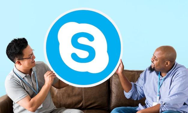 Skypeアイコンを表示している男性