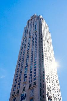 Grattacielo sullo sfondo del cielo blu