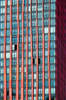 超高層ビルのファサードをクローズアップ
