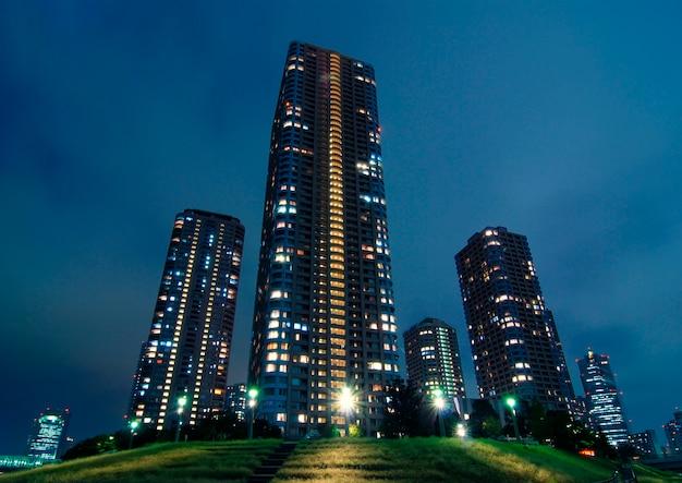 현대 도쿄 내부의 야간 조명이있는 초고층 빌딩
