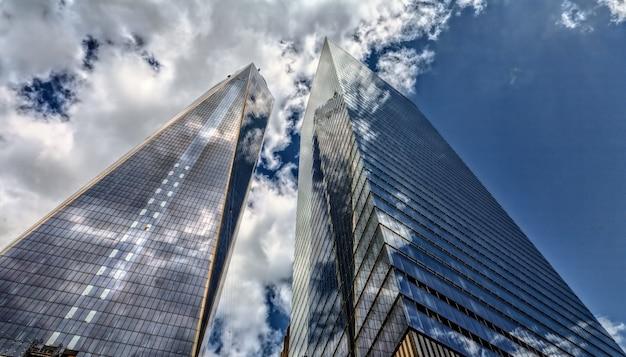 Grattacielo e cielo nuvoloso
