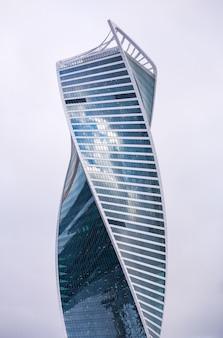 Дизайн экстерьера небоскреба против неба. бизнес центр.