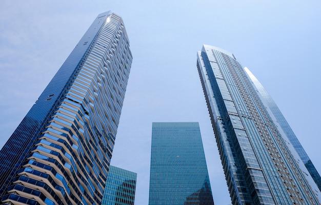 超高層ビルのガラスのファサード。近代的な建物。経済、財政、ビジネス活動の概念。