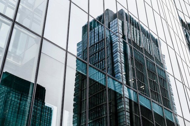 市内の超高層ビルの近代的なオフィスビル