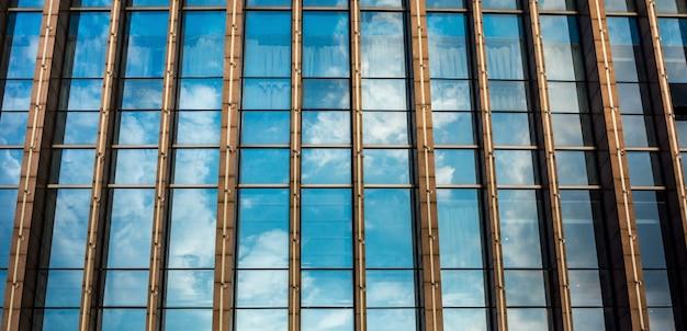 ガラスのファサードを持つ超高層ビル。モダンな建物。