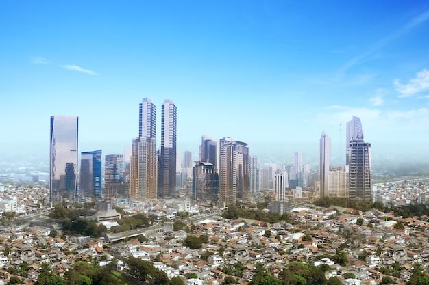 高層ビルと青い空を背景にしたモダンな建物