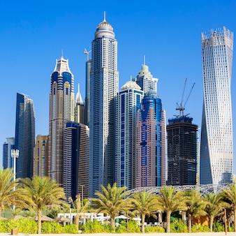 ドバイのジュメイラビーチの高層ビル。アラブ首長国連邦