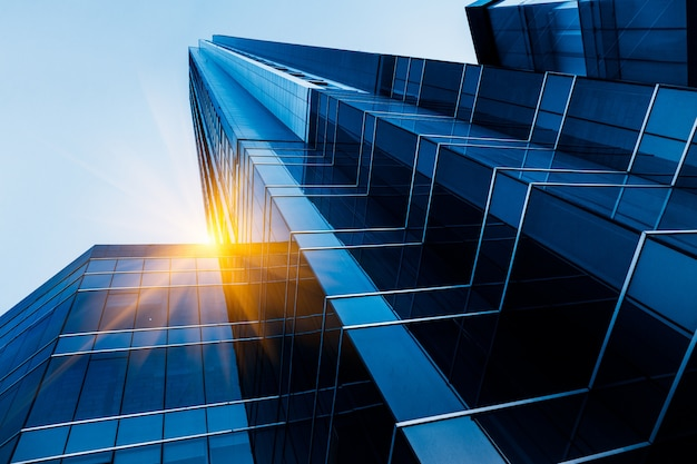 低角度から見た高層ビル