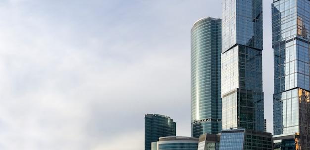 Небоскребы в москве (москва-сити) на фоне неба. современные стеклянные небоскребы