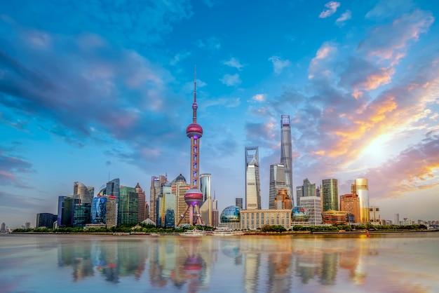 中国、上海の金融街の高層ビル