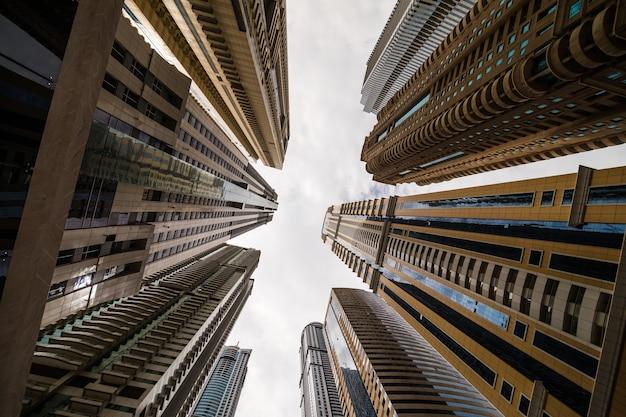 空を見上げる高層ビル。現代の大都市。近代都市