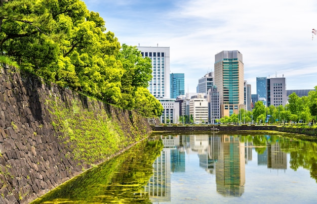 Небоскребы возле императорского дворца в токио, япония