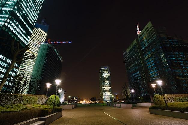 Небоскребы ла дефанс современный деловой и жилой район в ближайшем пригороде парижа, франция. ночная сценическая.