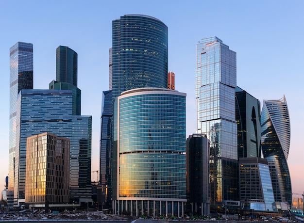저녁에 모스크바 시내 비즈니스 센터의 고층 빌딩입니다.
