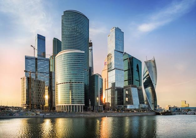 Небоскребы города москвы на берегу москвы-реки с отражением