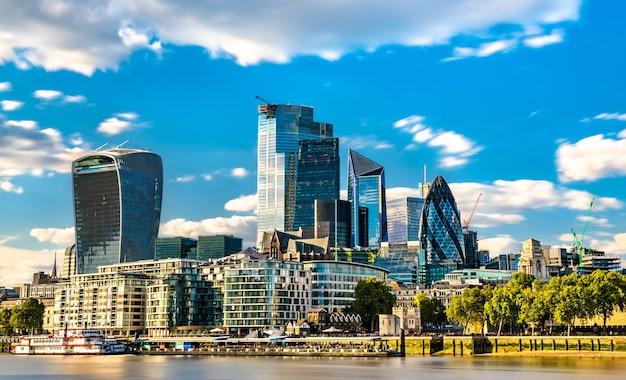 영국 템스 강에서 런던시의 고층 빌딩