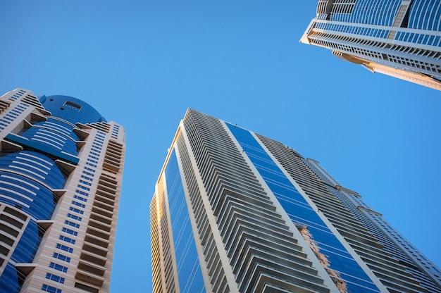 空、オフィスビルの背景に高層ビル