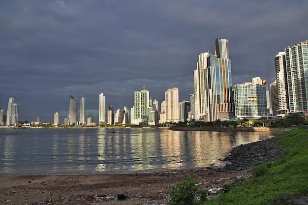 Небоскребы на набережной города панама, центральная америка