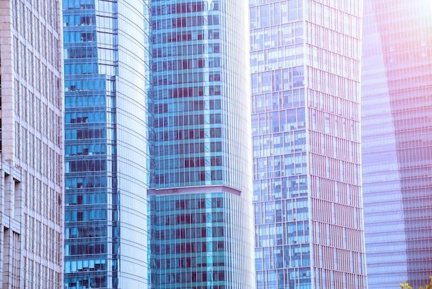 유리 파사드와 고층 빌딩