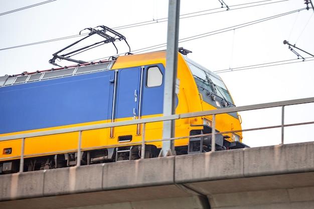 암스테르담 시내에서 스카이 트레인. 네덜란드의 여객 열차.