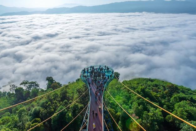 タイ南部ヤラ県のスカイウォーク天の川全体美しい朝の霧、旅行に適しています。