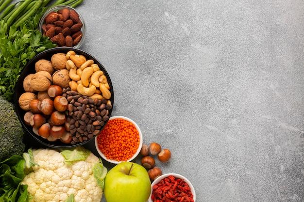 Шифер фон с копией пространства и овощей