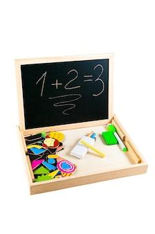 描画用のスレートボード。マグネットフィギュア付き。素材は木です。教育玩具モンテッソーリと。白色の背景。閉じる。